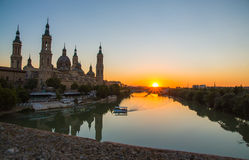 """Opinión de la puesta del sol de la tarde de la catedral del Basilica†"""" Imagen de archivo"""