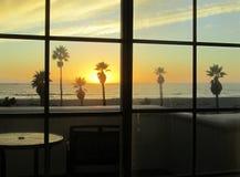 Opinión de la puesta del sol de la ventana del restaurante Imagenes de archivo