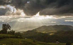 Opinión de la puesta del sol de las montañas de la belleza Fotografía de archivo libre de regalías