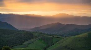 Opinión de la puesta del sol de las montañas de la belleza Imagen de archivo