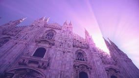 Opinión de la puesta del sol de Milan Cathedral Duomo di Milano y de la plaza del Duomo en Milan Italy almacen de video