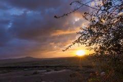 Opinión de la puesta del sol de montañas y del cielo dramático colorido colorido Imágenes de archivo libres de regalías