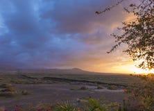 Opinión de la puesta del sol de montañas y del cielo en el canario de Fuerteventura islan Foto de archivo