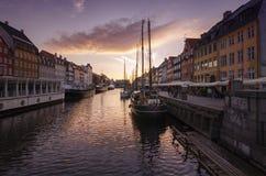 Opinión de la puesta del sol de Nyhavn, Copenhague Imagenes de archivo