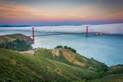 Opinión de la puesta del sol de puente Golden Gate en niebla Imagen de archivo