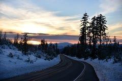 Opinión de la puesta del sol del camino de Shasta el día de la Navidad Foto de archivo libre de regalías