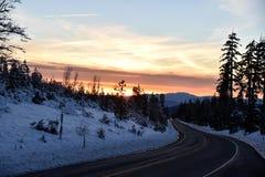 Opinión de la puesta del sol del camino de Shasta el día de la Navidad Imagenes de archivo