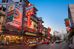 Opinión de la puesta del sol del camino iluminado de Yaowarat, Bangkok Foto de archivo