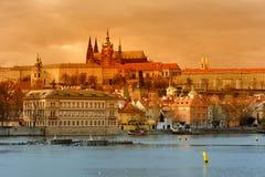 Opinión de la puesta del sol del castillo de Praga sobre Vltava Fotos de archivo
