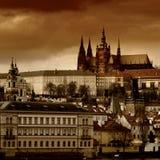 Opinión de la puesta del sol del castillo de Praga sobre Vltava Imagenes de archivo