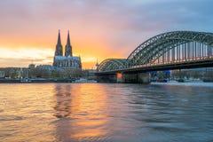Opinión de la puesta del sol del horizonte de Colonia en Colonia, Alemania Foto de archivo
