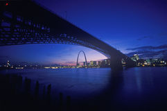 Opinión de la puesta del sol del horizonte de St. Louis, del MES y del puente de Eads Foto de archivo libre de regalías