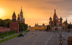 Opinión de la puesta del sol del Kremlin, de la Plaza Roja y de la catedral de la albahaca del santo en Moscú Imagen de archivo