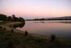 Opinión de la puesta del sol del lago en tardes, Mountain View, California, los E.E.U.U. park de la línea de la playa, foto de archivo libre de regalías
