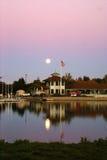 Opinión de la puesta del sol del lago en tardes, Mountain View, California, los E.E.U.U. park de la línea de la playa fotografía de archivo libre de regalías