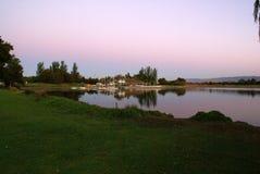 Opinión de la puesta del sol del lago en tardes, Mountain View, California, los E.E.U.U. park de la línea de la playa imágenes de archivo libres de regalías