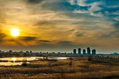Opinión de la puesta del sol del paisaje de Bucarest del ecosistema acuático en el lago viejo Vacaresti Fotografía de archivo