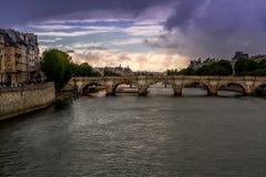 Opinión de la puesta del sol del verano sobre el Sena Fotografía de archivo
