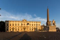 Opinión de la puesta del sol del della Consulta del obelisco y de Palazzo en Piazza del Quirinale en Roma, Italia imagen de archivo