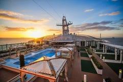 Opinión de la puesta del sol desde arriba de un barco de cruceros