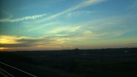 Opinión de la puesta del sol durante un viaje del tren de Toronto a Vancouver, Canadá almacen de metraje de vídeo
