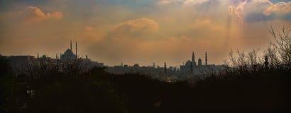 Opinión de la puesta del sol de El Cairo y de mezquitas viejos fotografía de archivo