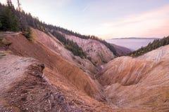 Opinión de la puesta del sol en el agujero de Ruginoasa o Groapa Ruginoasa en el sur cerca del valle seco en el parque natural de imagen de archivo