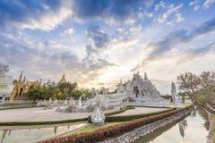 Opinión de la puesta del sol en el templo de Rong Khun Imagenes de archivo