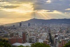 Opinión de la puesta del sol en la ciudad de Barcelona Imágenes de archivo libres de regalías