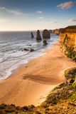 Opinión de la puesta del sol en la costa de doce apóstoles por el gran océano Rd Fotografía de archivo
