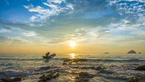 Opinión de la puesta del sol en la isla de Perhentian, Malasia Imagenes de archivo