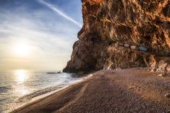 Opinión de la puesta del sol en la playa en Dubrovnik, Croacia Imagen de archivo