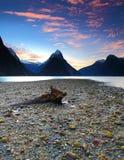 Opinión de la puesta del sol en Milford Sound, Nueva Zelanda Fotos de archivo
