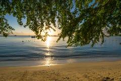 Opinión de la puesta del sol en Mont Choisy Beach Mauritius fotografía de archivo libre de regalías