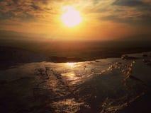 Opinión de la puesta del sol en Pamukkale, Turquía Foto de archivo