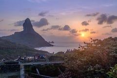 Opinión de la puesta del sol de la fortaleza del DOS Remedios de Nossa Senhora con Morro Fotos de archivo