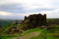 Opinión de la puesta del sol a la fortaleza de la iglesia y de Amberd de Vahramashen en Armenia imágenes de archivo libres de regalías