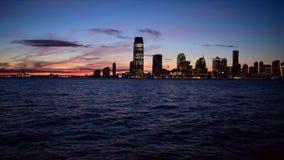 Opinión de la puesta del sol del horizonte de Manhattan - del río Hudson y de Jersey City almacen de video
