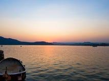 Opinión de la puesta del sol de las orillas del lago Foto de archivo