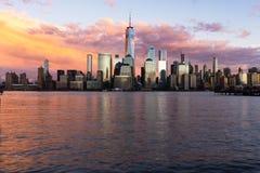 Opinión de la puesta del sol del Lower Manhattan con reflexiones en Hudson River fotos de archivo