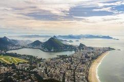 Opinión de la puesta del sol del pan de azúcar de la montaña y de Botafogo en Río de Janeiro brazil Fotografía de archivo
