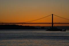 Opinión de la puesta del sol del río Tagus Rio Tajo y 25to de April Bridge Imagen de archivo libre de regalías