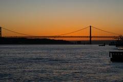 Opinión de la puesta del sol del río Tagus Rio Tajo y 25to de April Bridge Fotos de archivo