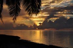 Opinión de la puesta del sol sobre Aitutaki, islas de cocinero Fotografía de archivo
