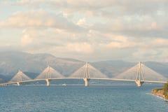 Opinión de la puesta del sol sobre el puente de Rion-Antirion cerca de Patras, Grecia Fotos de archivo libres de regalías