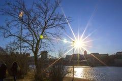 Opinión de la puesta del sol sobre el río Danubio, el barco de pasajero y el lado de Buda de Budapest, Hungría fotografía de archivo libre de regalías