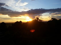 Opinión de la puesta del sol sobre la montaña Foto de archivo libre de regalías