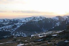 Opinión de la puesta del sol sobre las montañas cárpatas Fotos de archivo libres de regalías