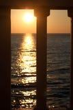 Opinión de la puesta del sol sobre terraza Foto de archivo
