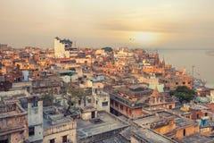 Opinión de la puesta del sol sobre Varanasi durante festival de la cometa imagen de archivo libre de regalías